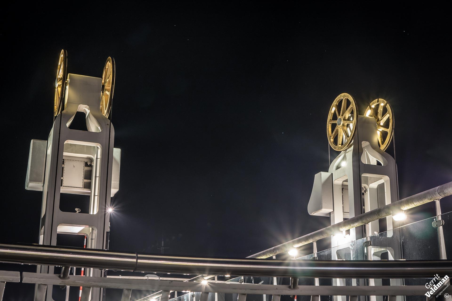Stadsbrug bij nacht