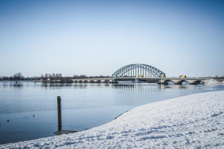 Oude IJsselbrug in de sneeuw